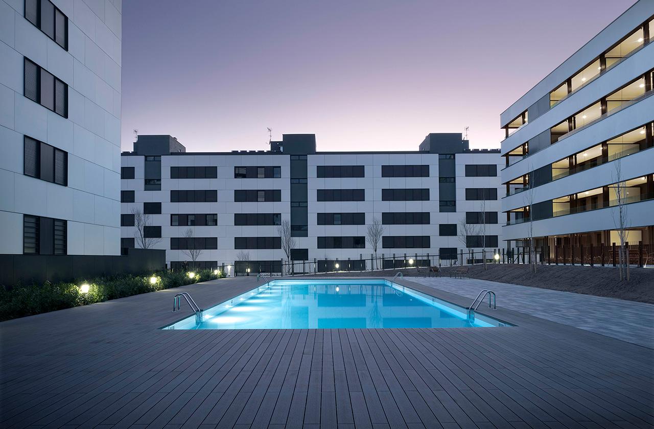 Amplia zona comunitaria con piscina, parking y trastero